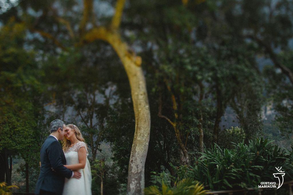 noivos abraçados em meio a natureza