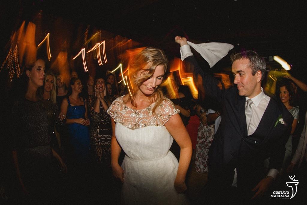 noivos dançando dança judaica na festa de casamento