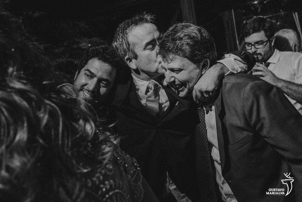 noivo beijando amigos na festa de casamento