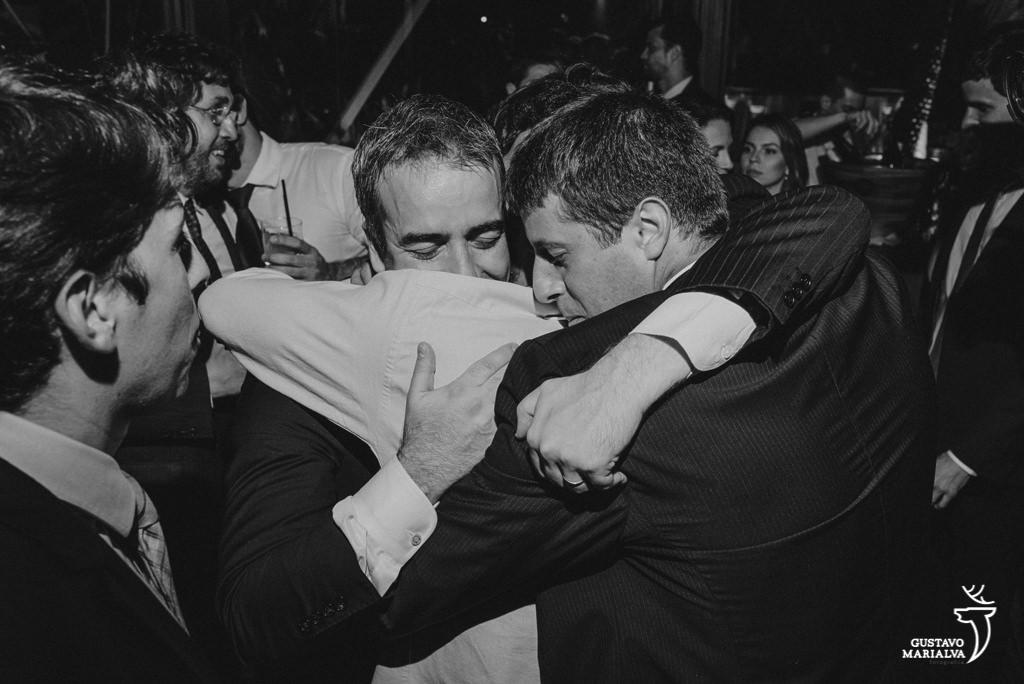 noivo e amigos se abraçando