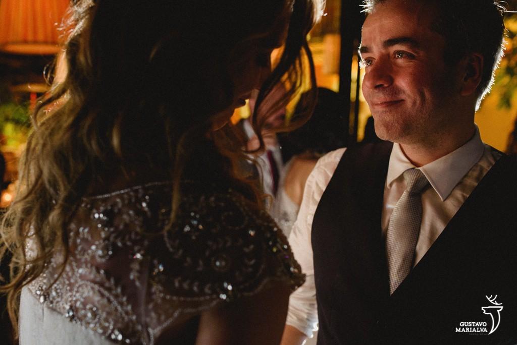 noivo olhando a noiva e chorando apaixonado