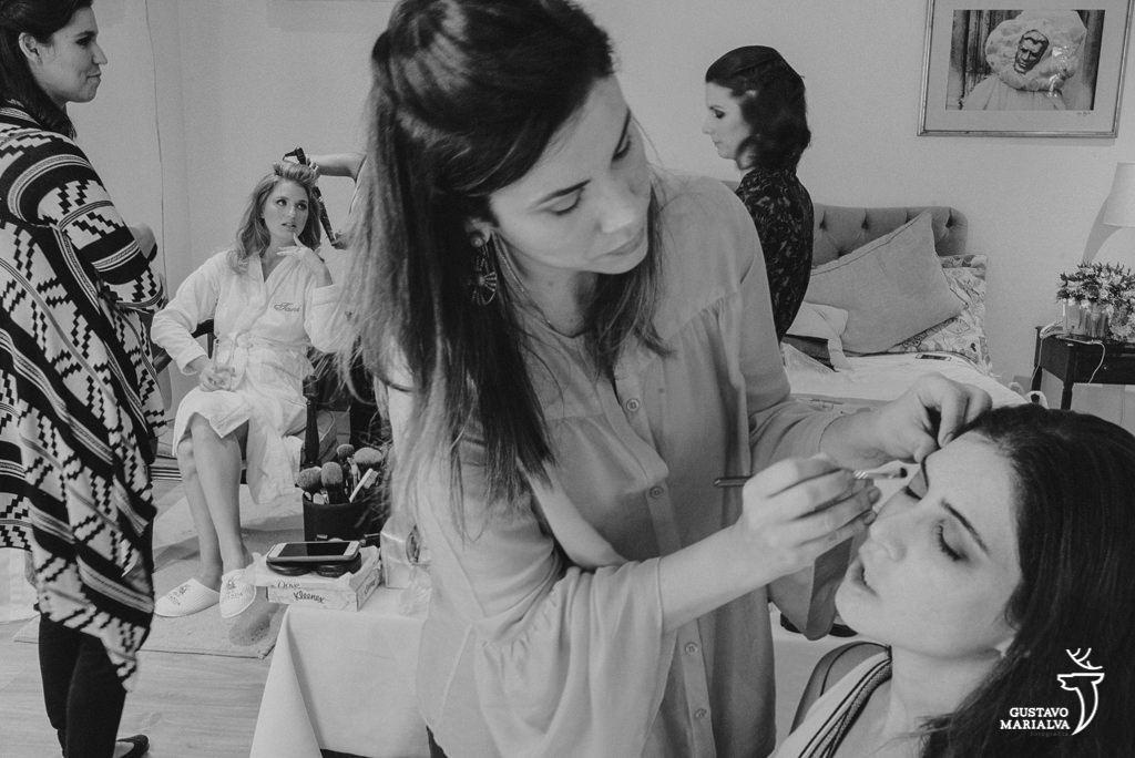 noiva sendo maquiada durante making of de casamento