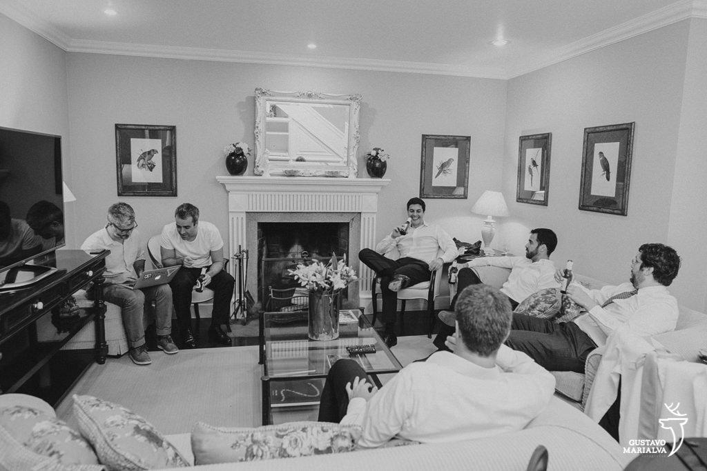 noivo e padrinhos conversando durante making of de casamento