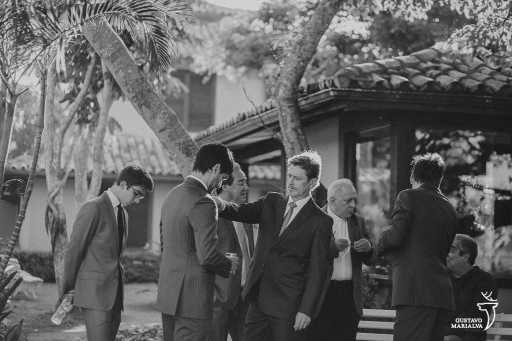 pai arrumando a gravata do noivo