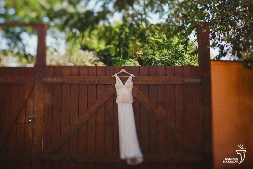 vestido pendurado na porta