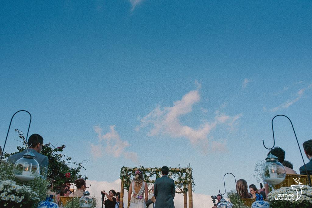 céu azul de búzios durante a cerimônia de casamento