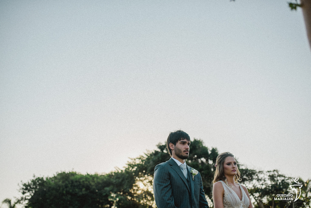 noivos nervosos durante a cerimônia de casamento