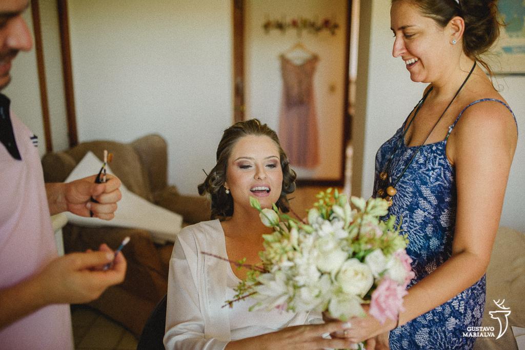 noiva recendo o buquê de casamento durante o making of