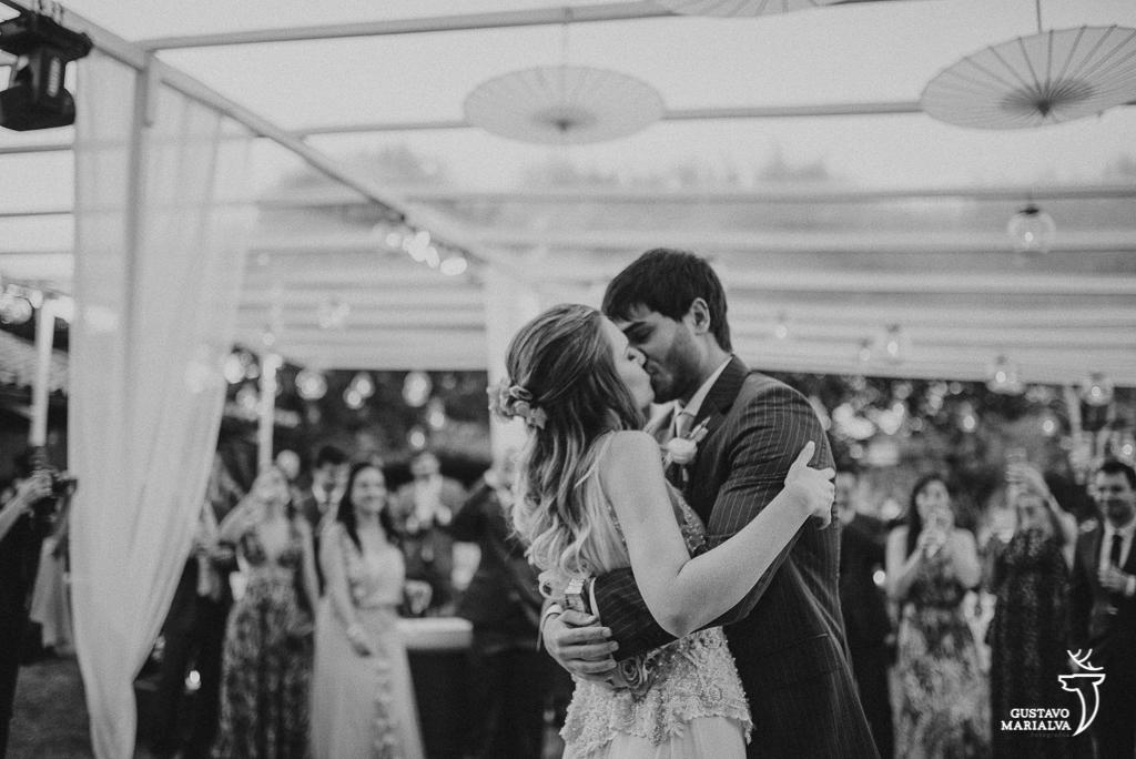 noivos dançando e se beijando na festa de casamenton