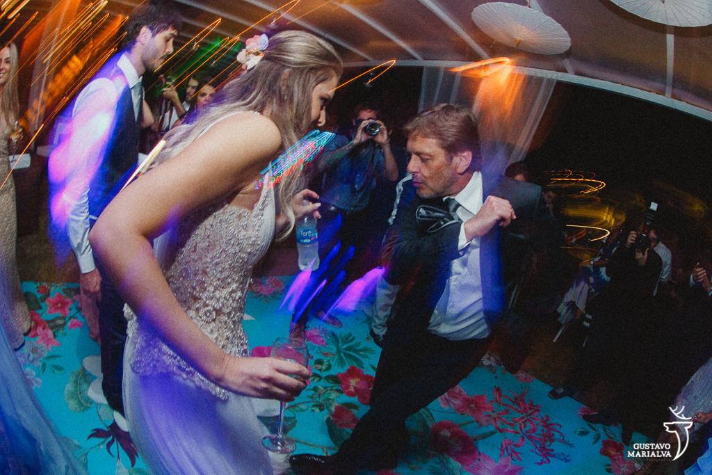 pai e noiva dançando na festa de casamento