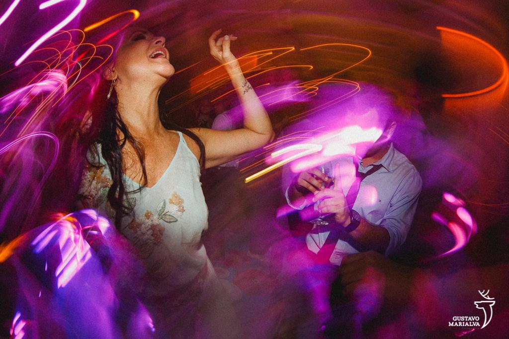 mãe do noivo dançando na festa de casamento