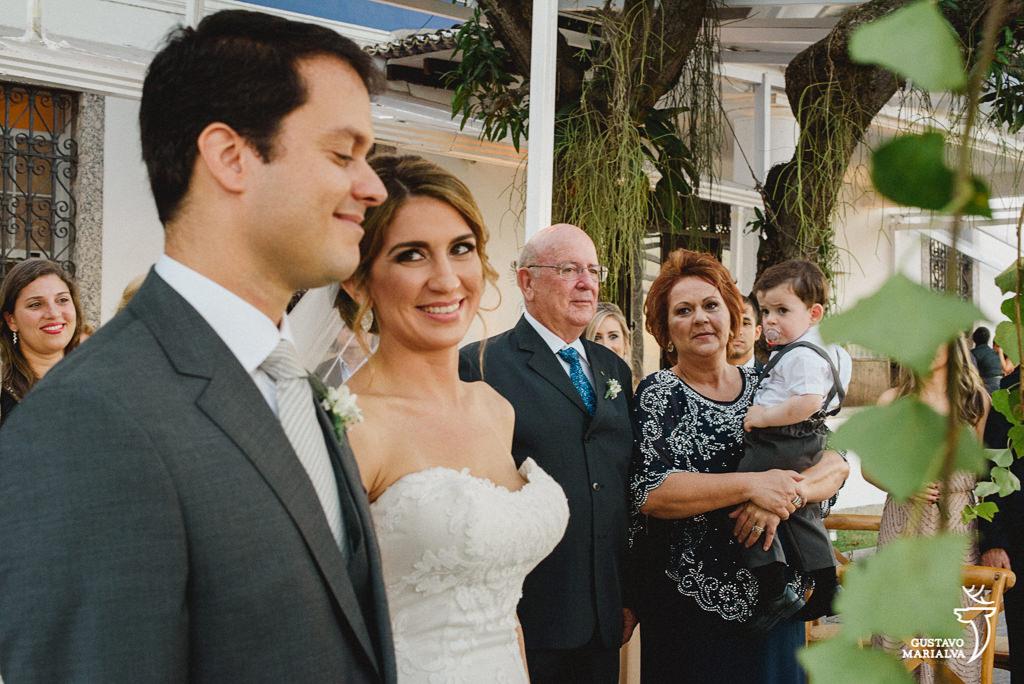 noiva olhando para o noivo durante a cerimônia de casamento