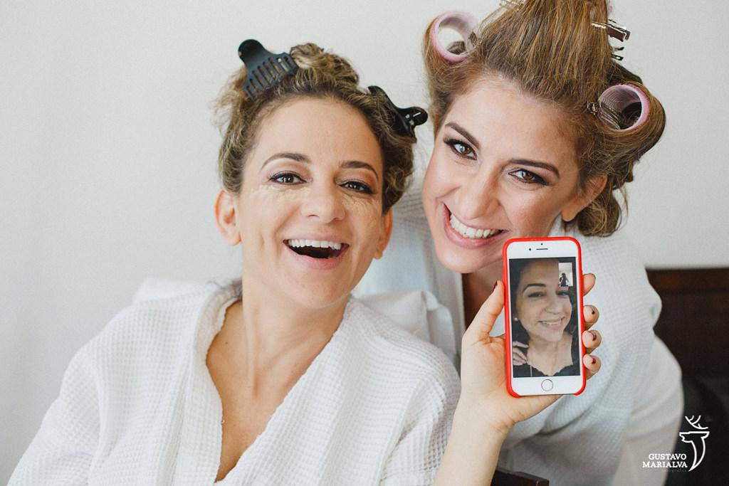noiva e irmãs conversando via skype durante o making of do casamento