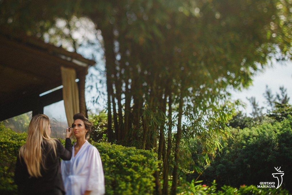 noiva passando o rimel durante o making of de casamento