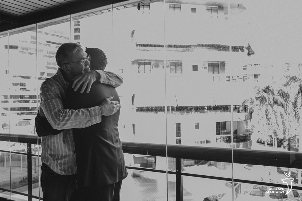 noivo abraçando o pai durante o making of de casamento