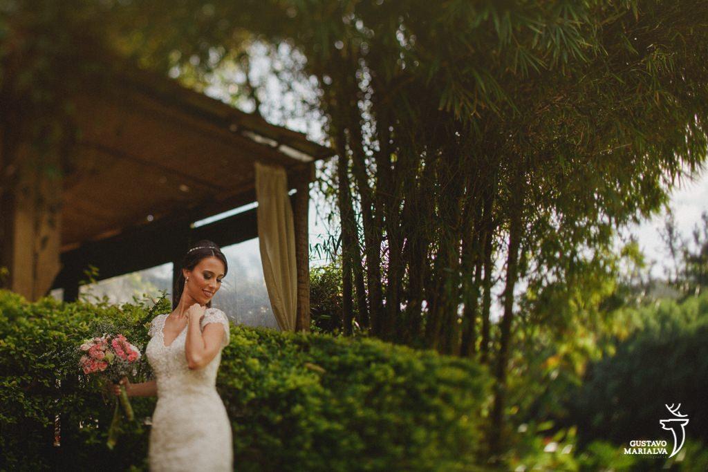 noiva ajeitando o vestido durante o making of do casamento