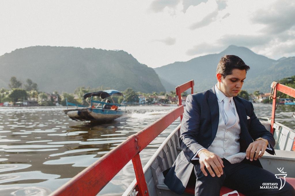 noivo indo de barco para a cerimônia de casamento
