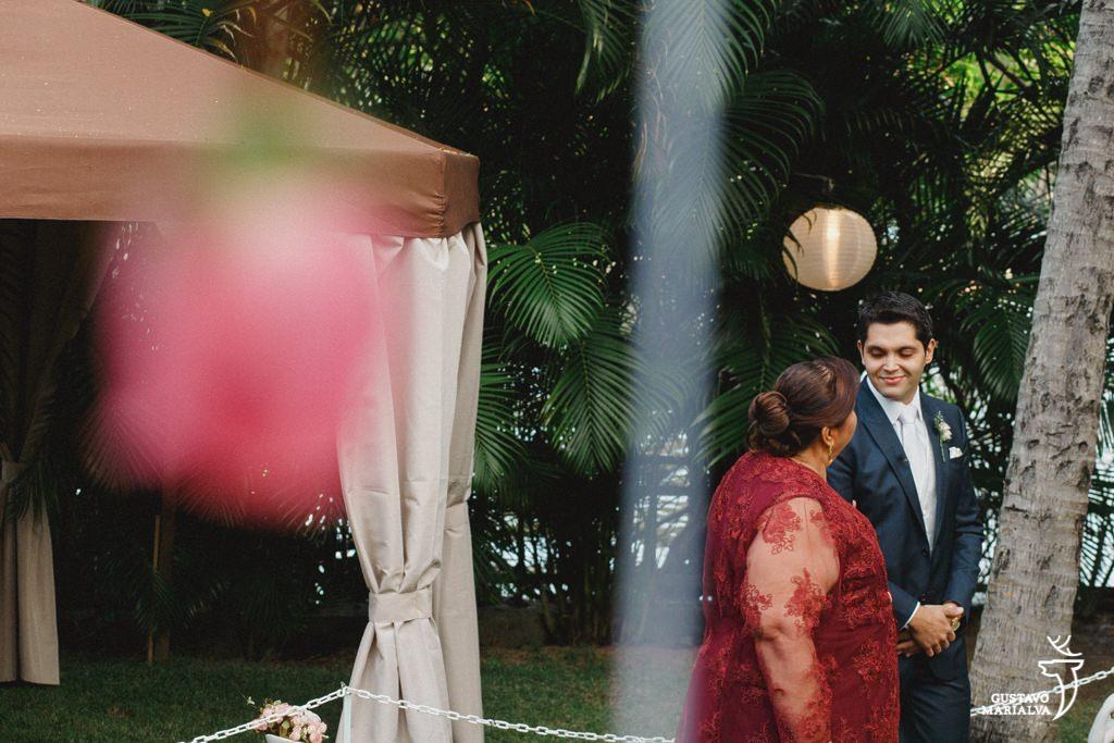 noivo sorrindo com a mãe na cerimônia de casamento