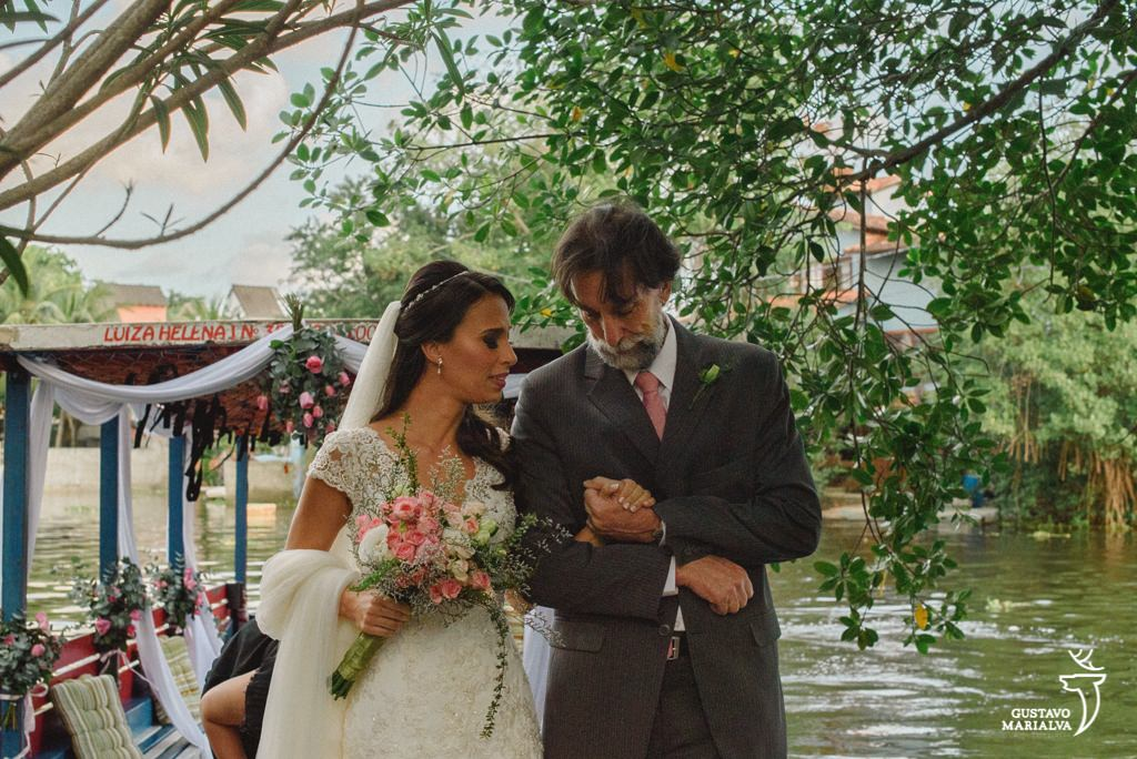 noiva e pai emocionados na cerimônia de casamento