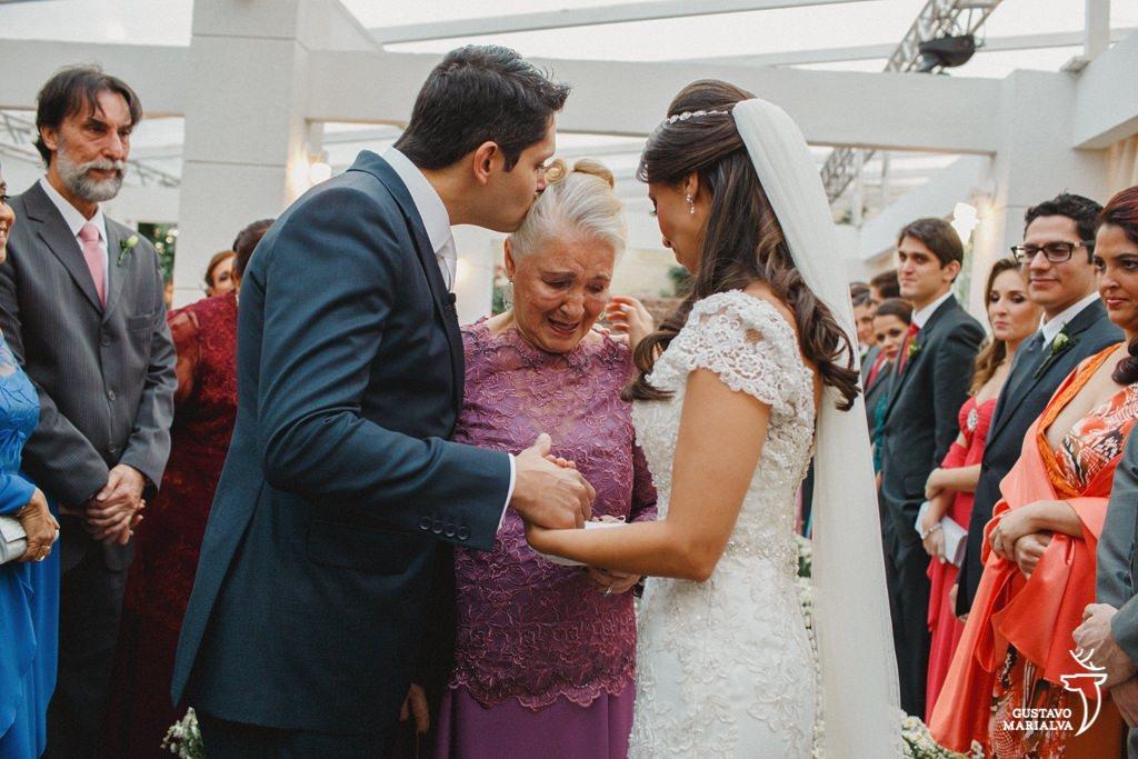 avó chorando e entrando com as alianças na cerimônia de casamento
