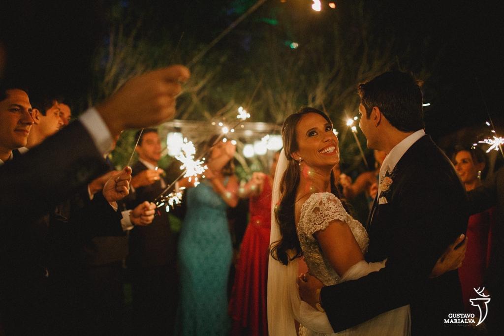 noivos dançando com padrinhos segurando sparkles