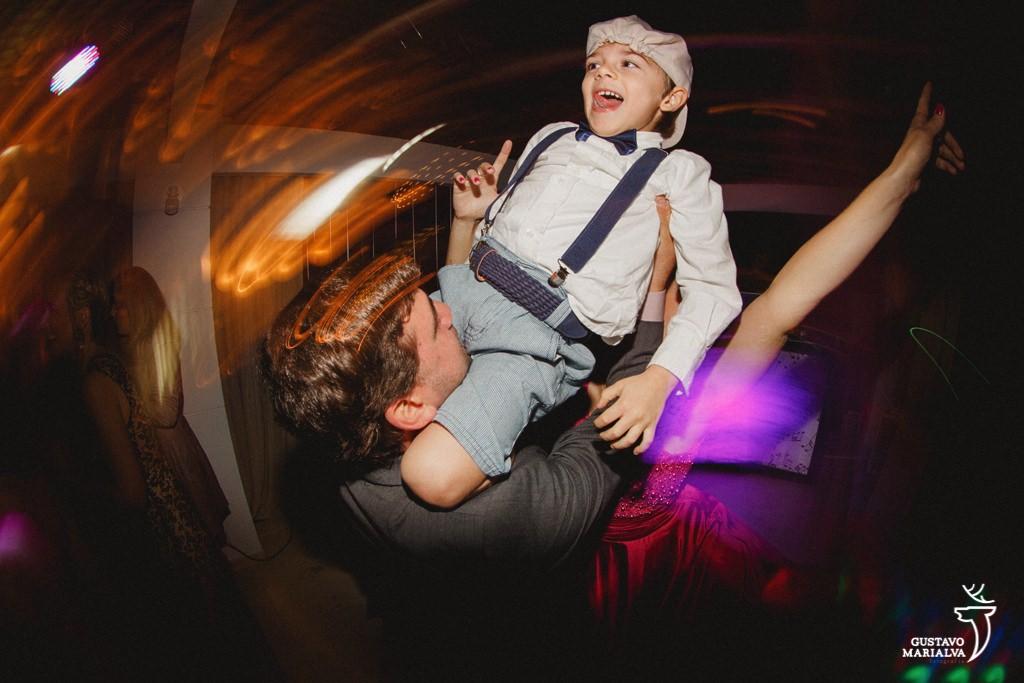 menino sendo jogado para cima