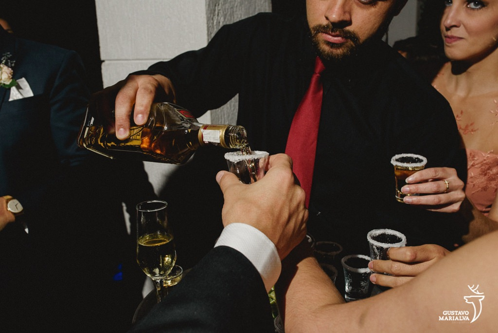 garçom servindo tequila na festa de casamento