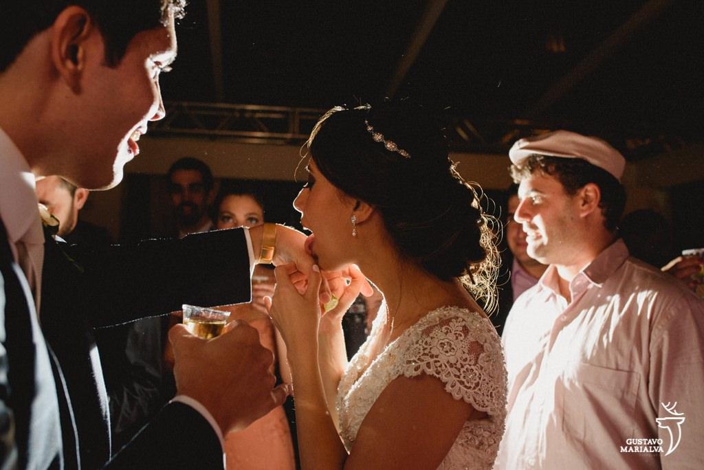 noiva lambendo a mão do noivo
