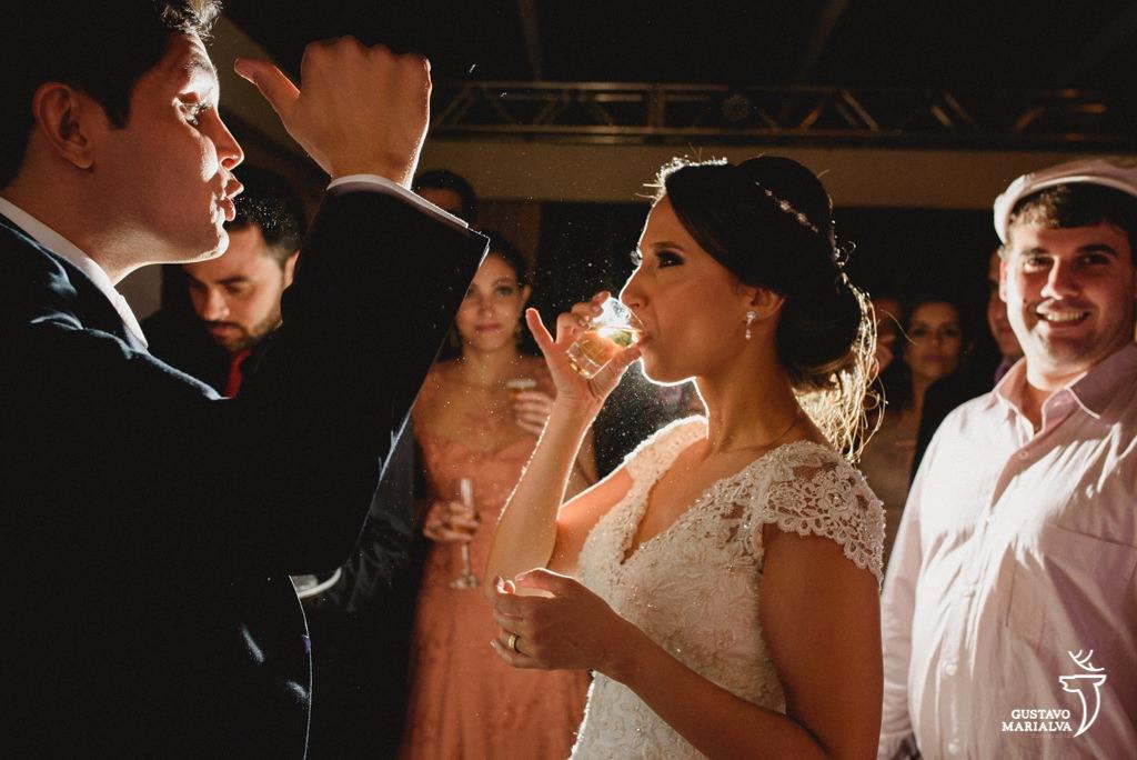 noiva tomando tequila na festa de casamento