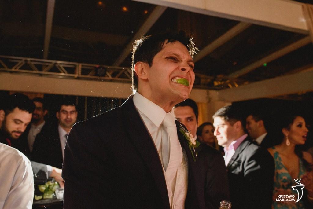 noivo chupando limão na festa de casamento