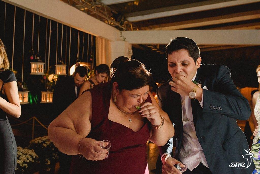 noivo e mãe tomando tequila na festa de casamento