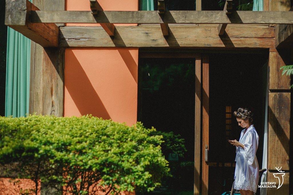 noiva olhando o celular durante o making of de casamento