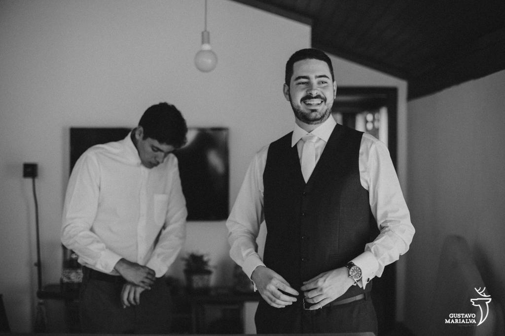 noivo sorrindo durante o making of do casamento