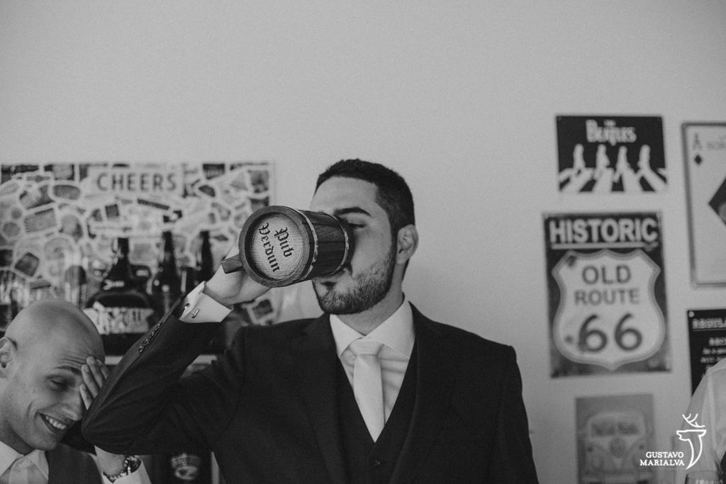noivo bebendo cerveja durante o making of do casamento
