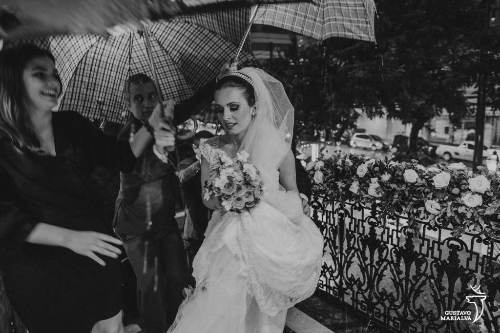 noiva entrando na cerimônia de casamento com guarda-chuva