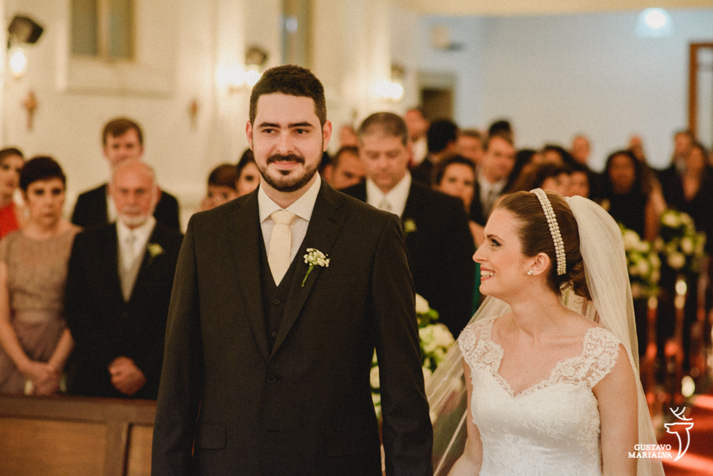 noiva olhando apaixonada para o noivo