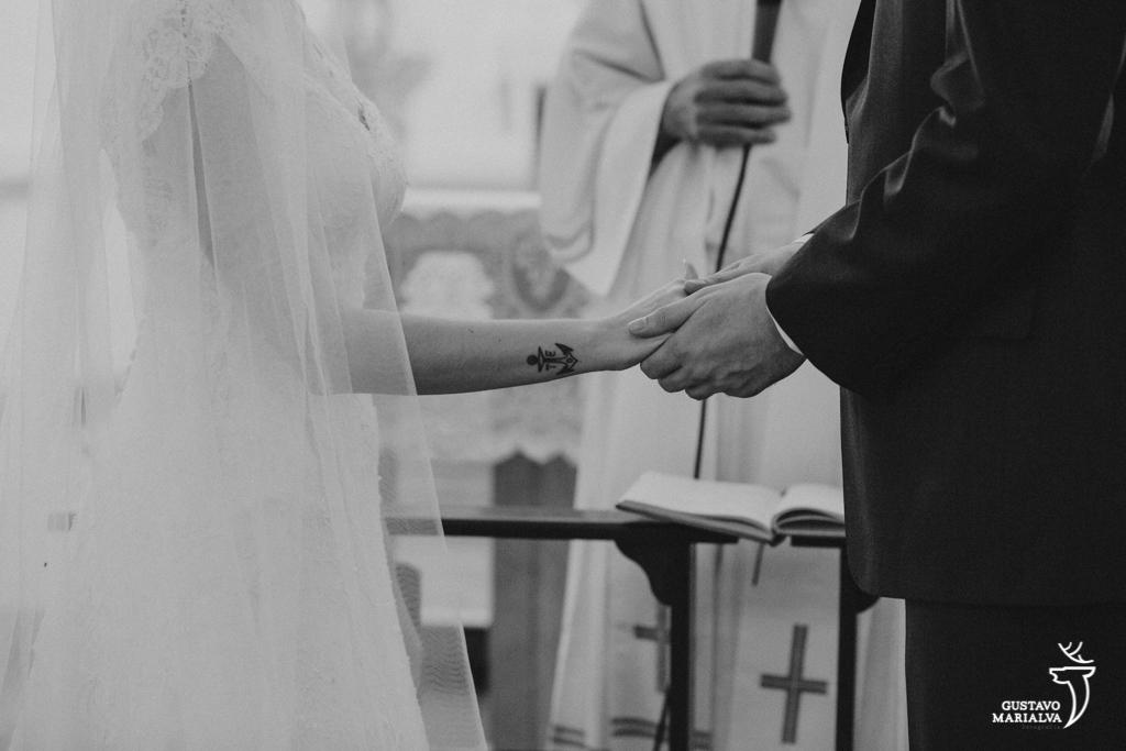 noivos segurando as mãos na cerimônia de casamento