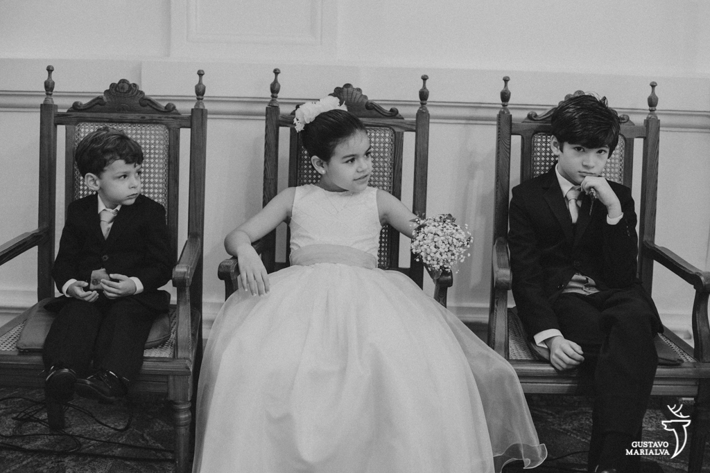 daminha e pajens brincando na cerimônia de casamento