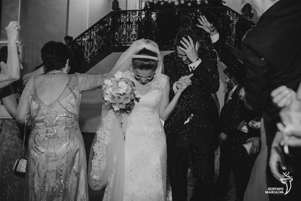convidados jogando arroz na saída da cerimônia de casamento