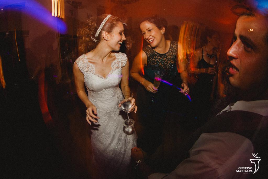 noiva dançando com amiga na festa de casamento