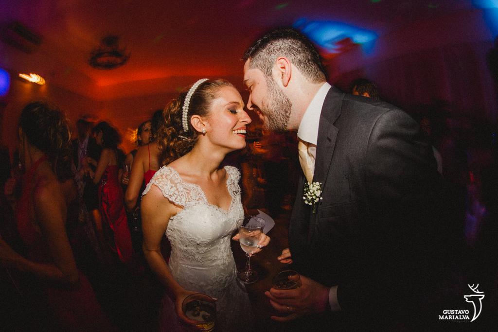 noivos emocionados na festa de casamento
