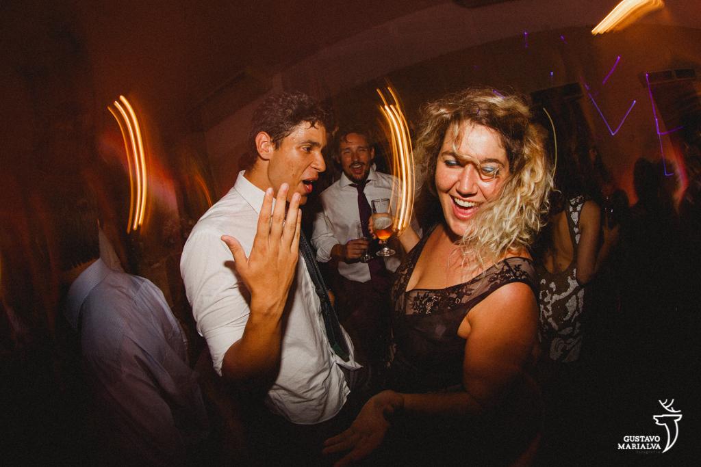 convidados dançando na festa de casamento