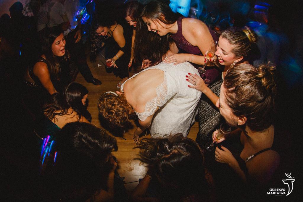 noiva e amigas descendo até o chão