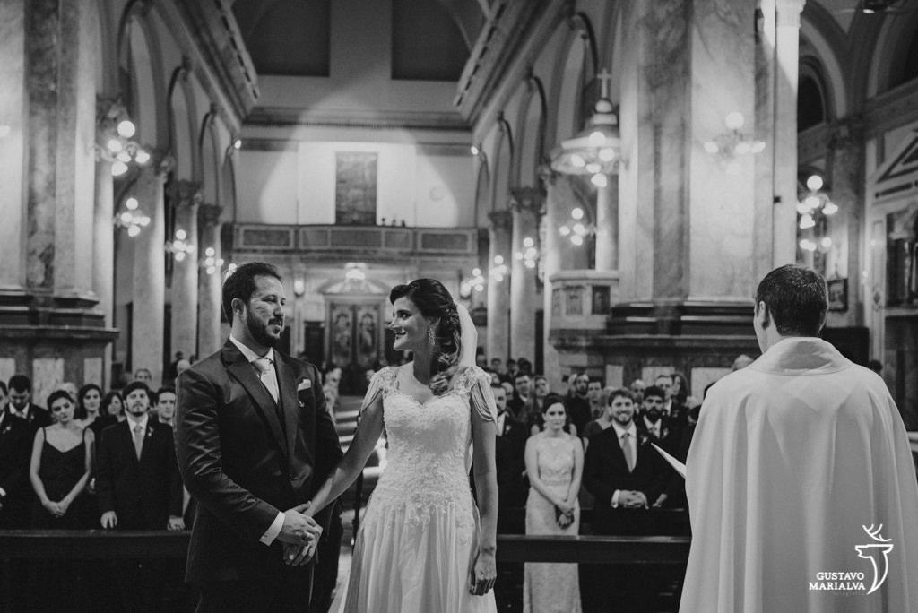 noiva sorrindo para o noivo na cerimônia de casamento