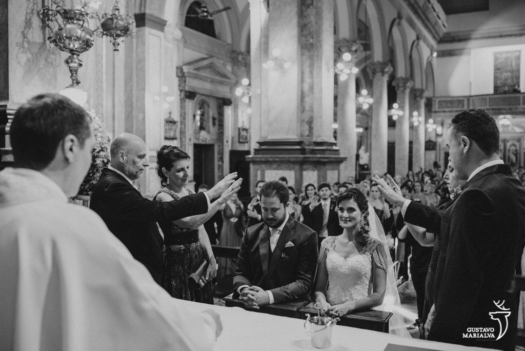 pais abençoando os noivos na cerimônia de casamento