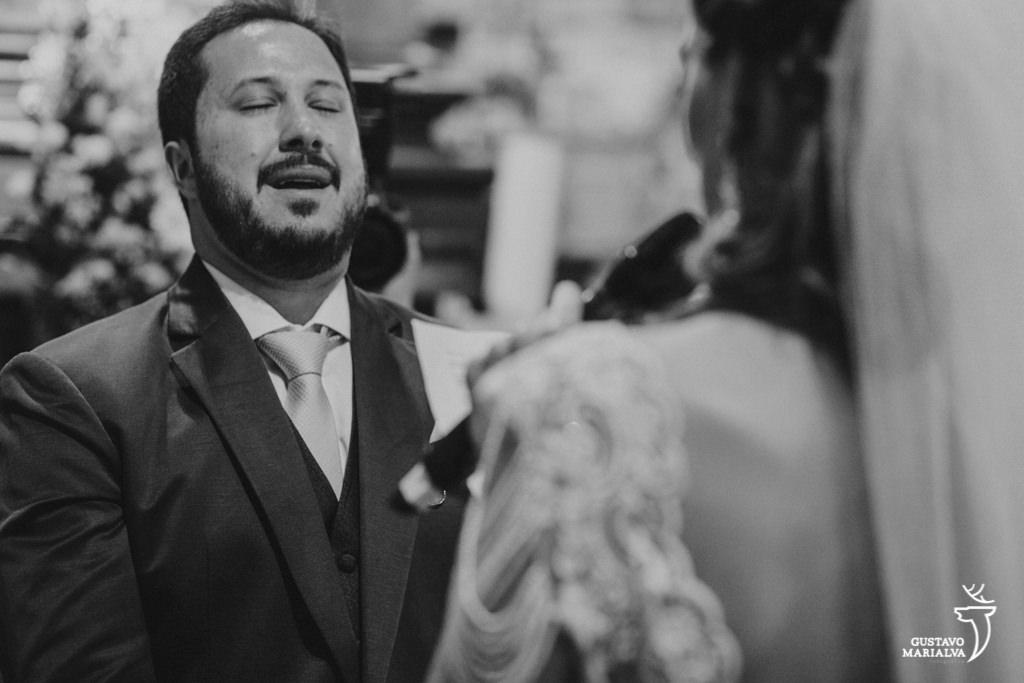 noivo chorando na cerimônia de casamento