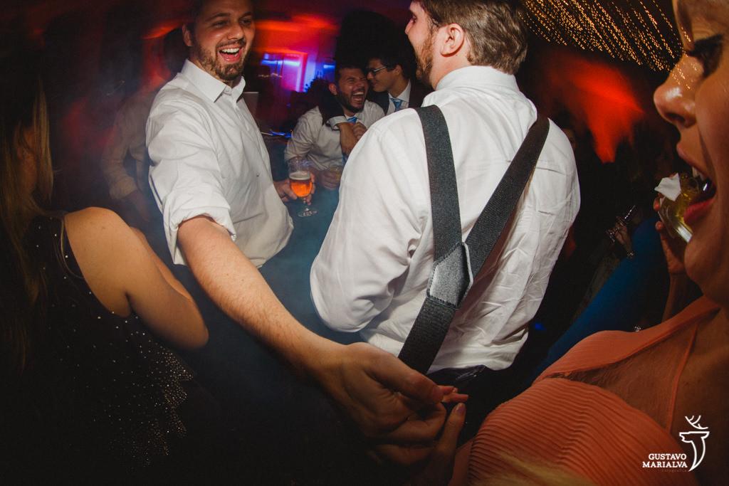 amigos brincando na festa de casamento