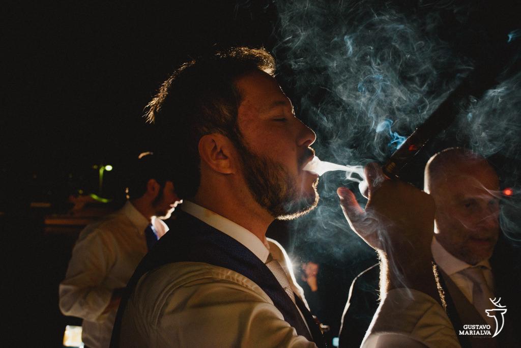 noivo e amigos fumando charuto na festa de casamento