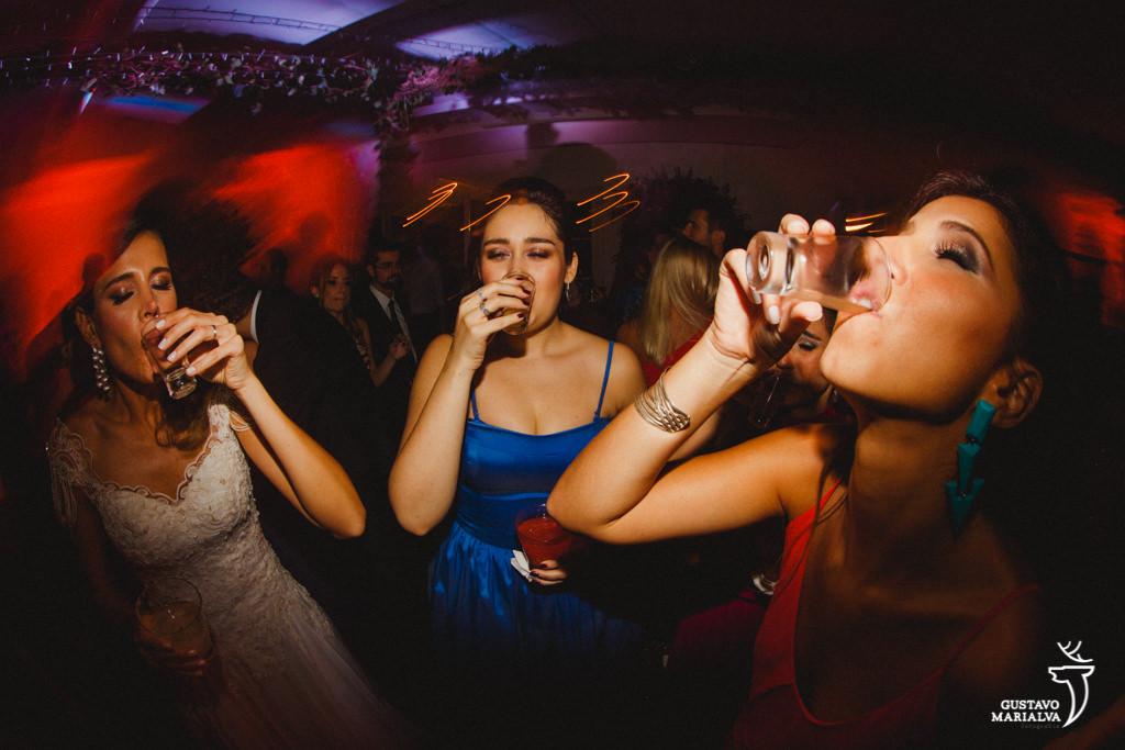 noiva e amigas tomando tequila na festa de casamento