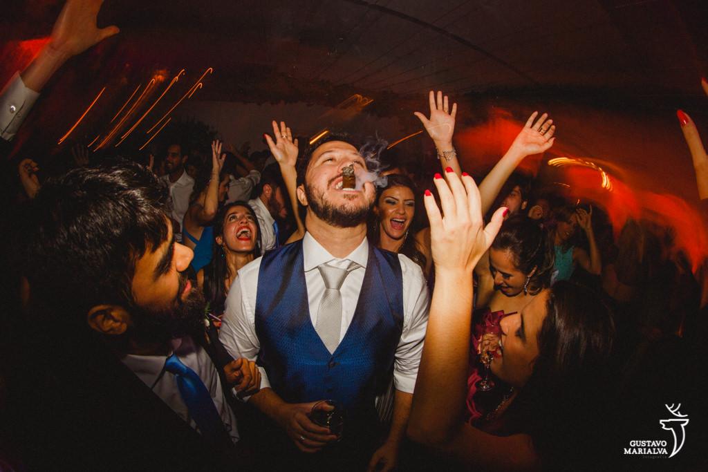 noivo fumando charuto na festa de casamento